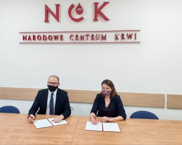 Porozumienie o długofalowej współpracy zostało podpisane przez Małgorzatę Lorek, Dyrektora Narodowego Centrum Krwi i Tomasza Żuchowskiego, p.o. Generalnego Dyrektora Dróg Krajowych i Autostrad